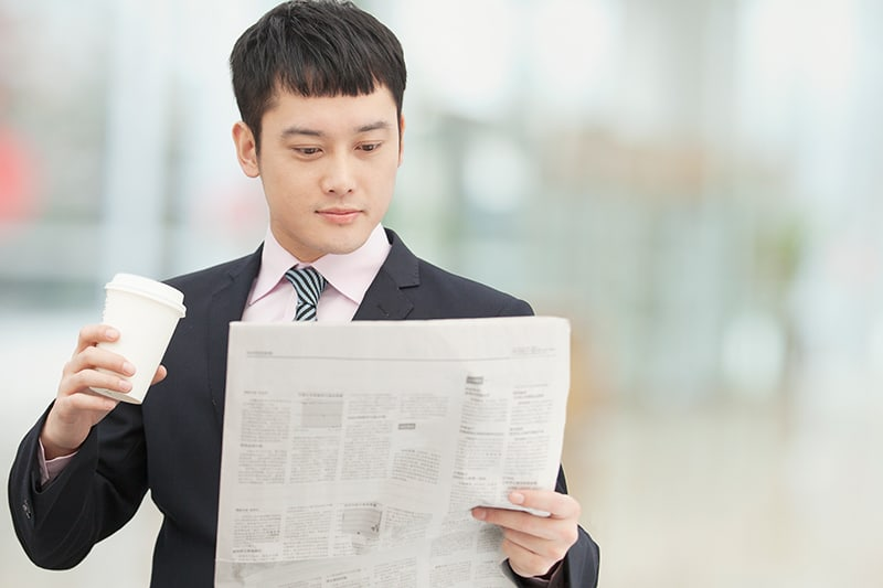 What makes newspapers remain as a dominant advertising option?